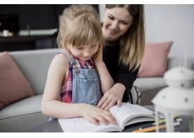 母亲帮助女儿学习_2209388