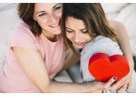 母亲抱着心形盒拥抱着女人_2172354