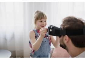 戴着VR护目镜的微笑女孩靠近父亲_2192434