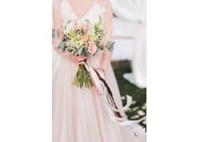 新娘手里拿着花束上面有长长的条纹_2630541