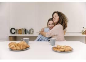早餐时母女俩拥抱在一起_2158006