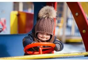 有趣的小男孩在公园里玩玩具车_2437552