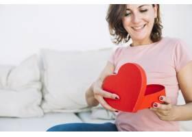 微笑的女人打开心形盒子_2177280