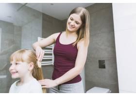 微笑的母亲给女儿刷牙_2323467