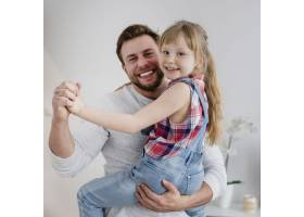 快乐的父亲和女儿在一起_2209371