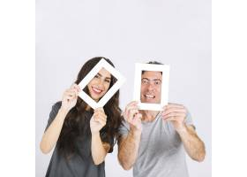 快乐的父亲和女儿带着相框_2231789