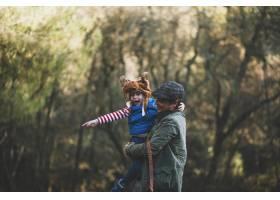 快乐的父亲和孩子在森林里_2007118