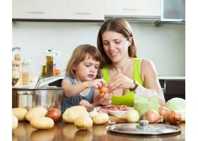 快乐的母亲和女儿一起做饭_1474790