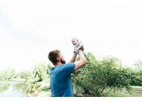 快乐英俊的爸爸爸爸抱着身穿蓝色衣服的男_1620606
