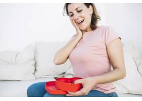 惊讶的女人看着心形的盒子_2177282