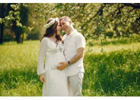年轻漂亮的怀孕女孩穿着白色长裙和男朋友在_2534537