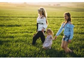 带着两个女儿的母亲在夕阳中_2522616