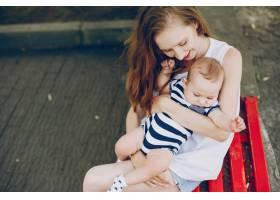 妈妈和儿子在公园里放松_3191704