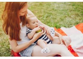 妈妈和儿子在公园里放松_3192772