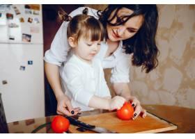 妈妈和女儿在家里的厨房里做蔬菜_2529103