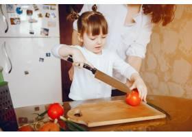 妈妈和女儿在家里的厨房里做蔬菜_2529105