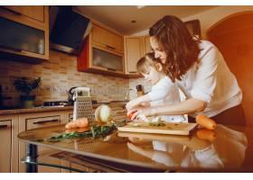 妈妈和女儿在家里的厨房里做蔬菜_2529112