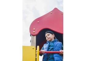 孩子们在外面的操场上玩耍_2349557