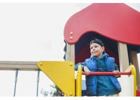 孩子们在外面的操场上玩耍_2349558