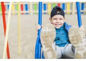 孩子们在外面的操场上玩耍_2349563