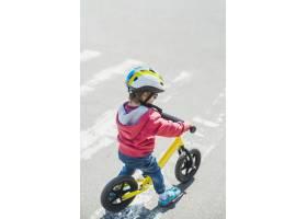 孩子们在外面的操场上玩耍_2349576