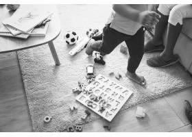孩子们在客厅里玩玩具_2827640