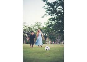 小男孩和妈妈在公园踢足球_2523620