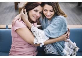 女人们在沙发上温柔地拥抱_2135147
