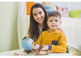 女人带着儿子玩玩具_2231506