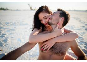 女人拥抱坐在白色沙子上的男人温柔_1621669