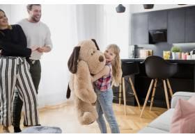 女孩在父母身边玩毛绒玩具_2177709