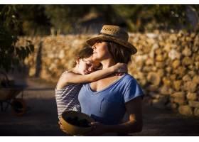 女儿睡在母亲的肩膀上_3149922