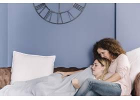 女儿睡在母亲身边的沙发上_2209761