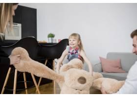 女孩和父母一起拉玩具_2192414