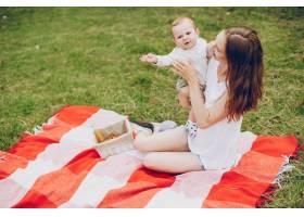妈妈和儿子在公园里放松_3191672