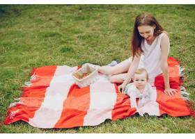 妈妈和儿子在公园里放松_3191673