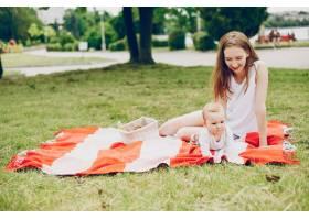妈妈和儿子在公园里放松_3191674