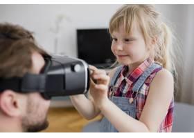 可爱的女孩用VR护目镜帮助父亲_2192438