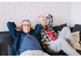 在放松的养老院里的年长夫妇_2272111