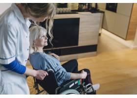在养老院接受护士护理的妇女_2014262