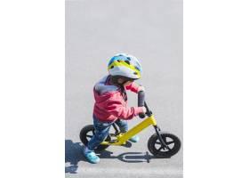 在户外骑自行车的儿童_2371093