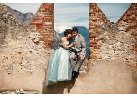 在阳光明媚的日子里喜气洋洋的新婚夫妇在_2630577