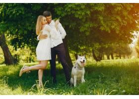 在阳光明媚的森林里浅色头发和白色连衣裙_2611544