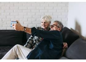 养老院里的一对老年夫妇在自拍_2284863