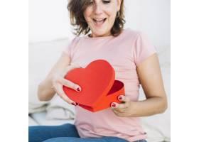 兴奋的女子打开心形盒_2177279