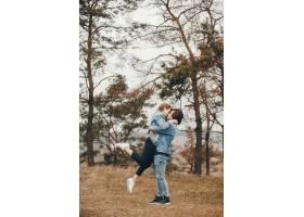 一对温文尔雅的情侣正在秋季公园散步_2630613