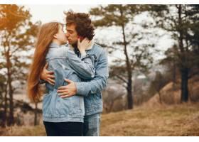 一对温文尔雅的情侣正在秋季公园散步_2630618