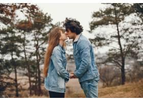 一对温文尔雅的情侣正在秋季公园散步_2630620