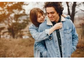 一对温文尔雅的情侣正在秋季公园散步_2630621