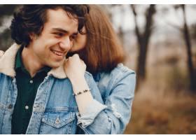 一对温文尔雅的情侣正在秋季公园散步_2630622